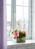 Okno se závěsy a květiny