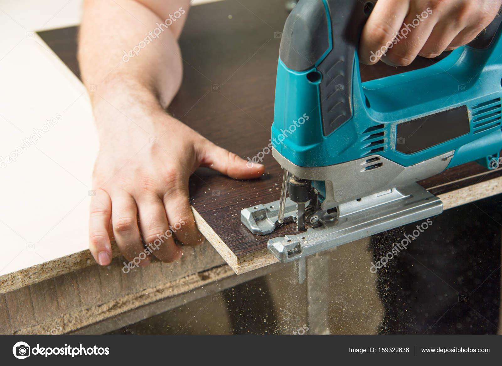 Carpentiere di close up che lavora con seghetto alternativo u2014 foto