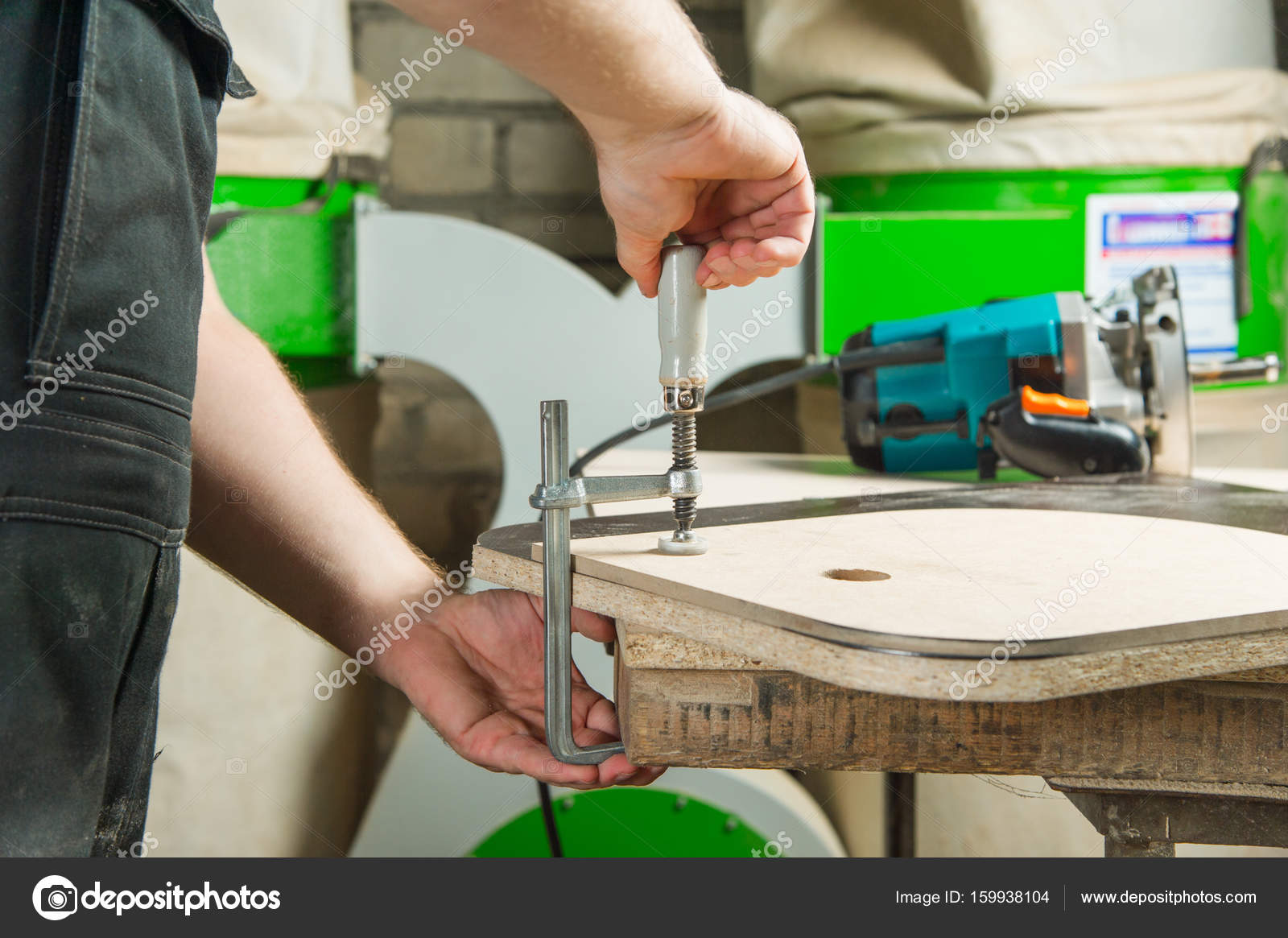Banco Di Lavoro Master : Master morsetti il pezzo con un morsetto di dvp sul banco di