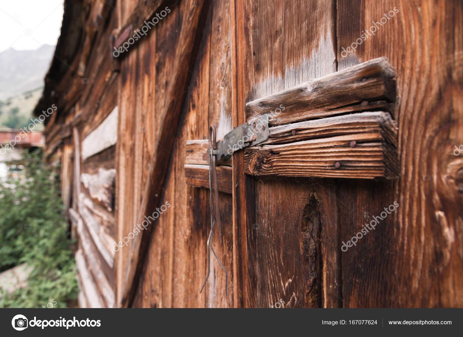 Vieille Porte En Bois Ancienne ancienne écluse simple sur une porte en bois avec une