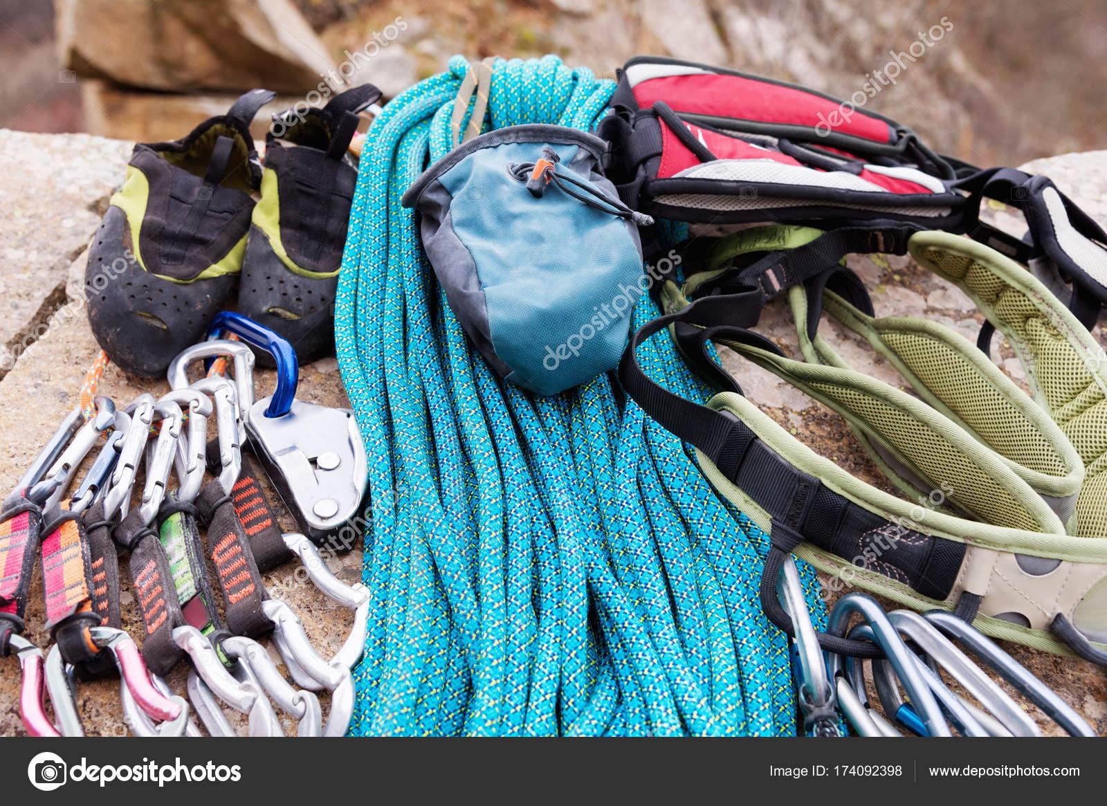 Kletterausrüstung Rucksack : Kletterausrüstung eine tasche für magnesia liegt am kletterseil