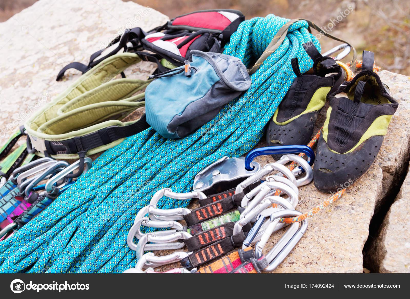Kletterausrüstung Outdoor : Kletterausrüstung seil und karabiner blick von der seite