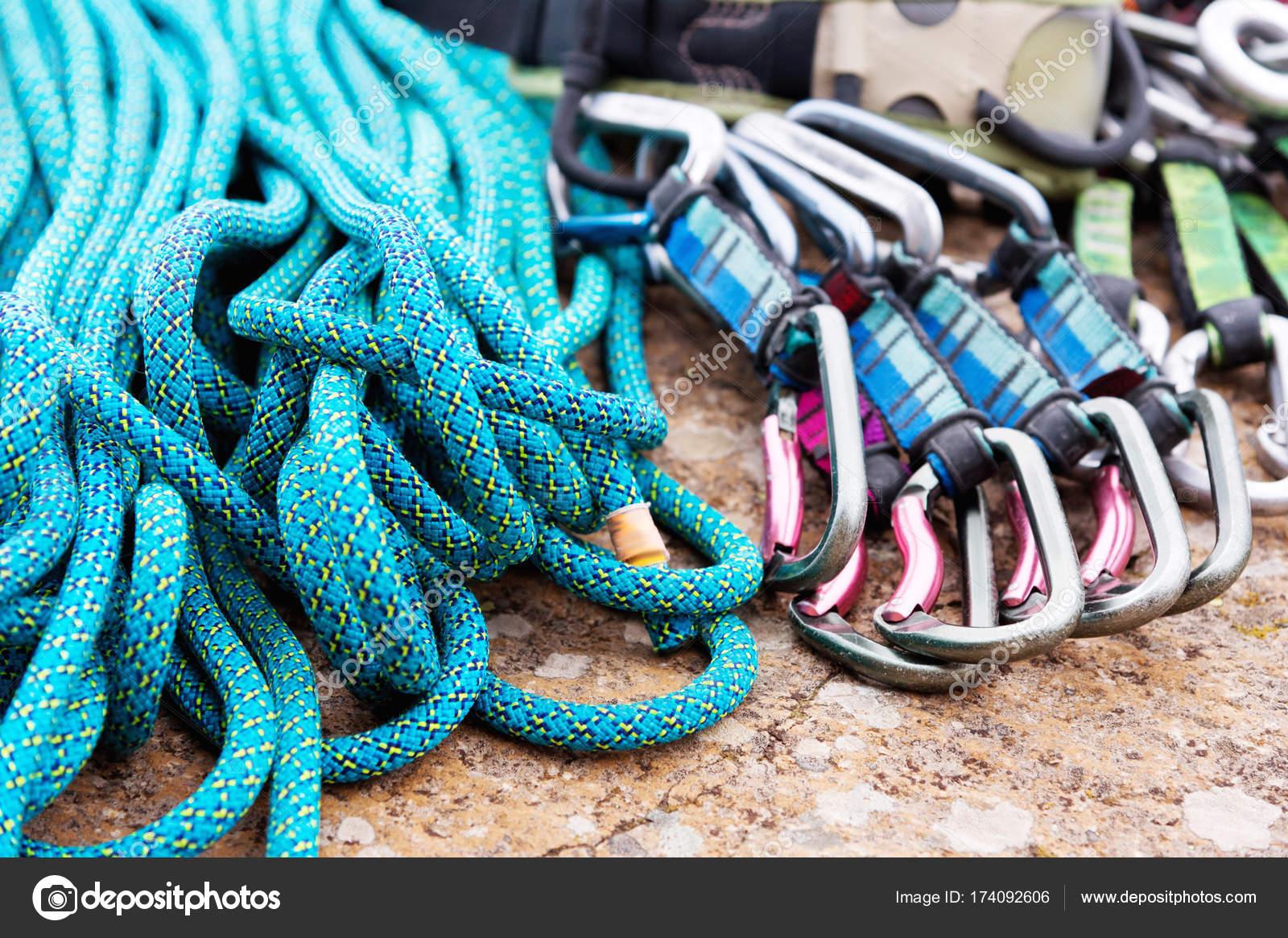 Klettergurt Aus Seil : Kletterausrüstung einem klettergurt und seil neben liegen
