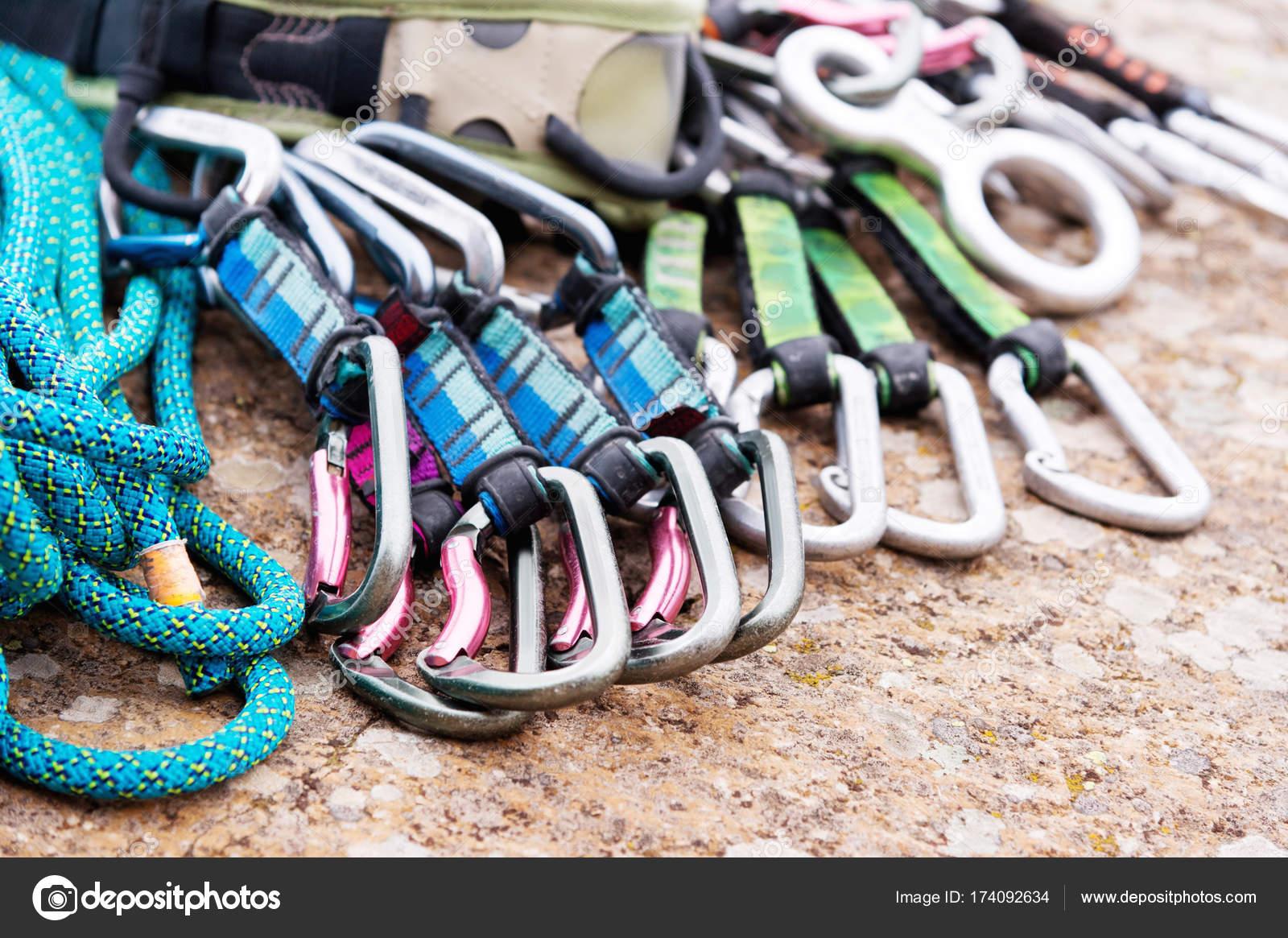 Klettergurt Aus Seil Machen : Kletterausrüstung einem klettergurt und seil neben liegen