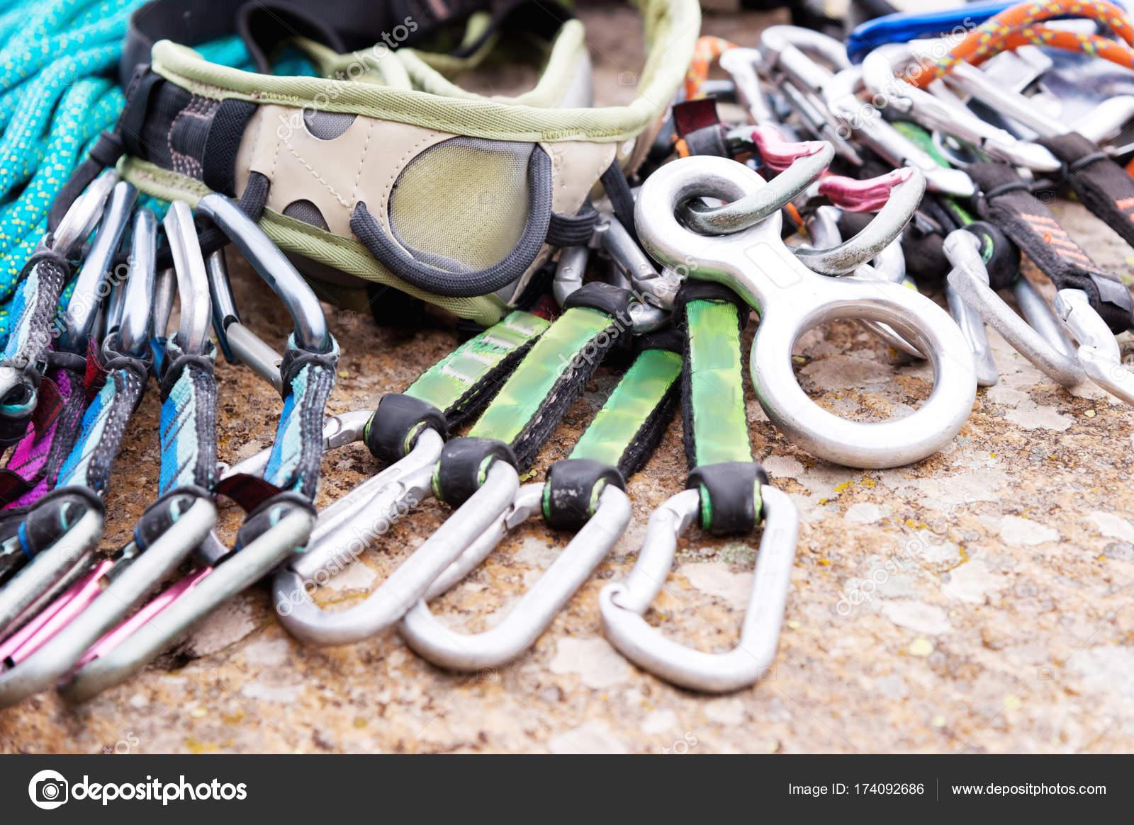 Klettergurt Seil : Kletterausrüstung einem klettergurt und seil neben liegen