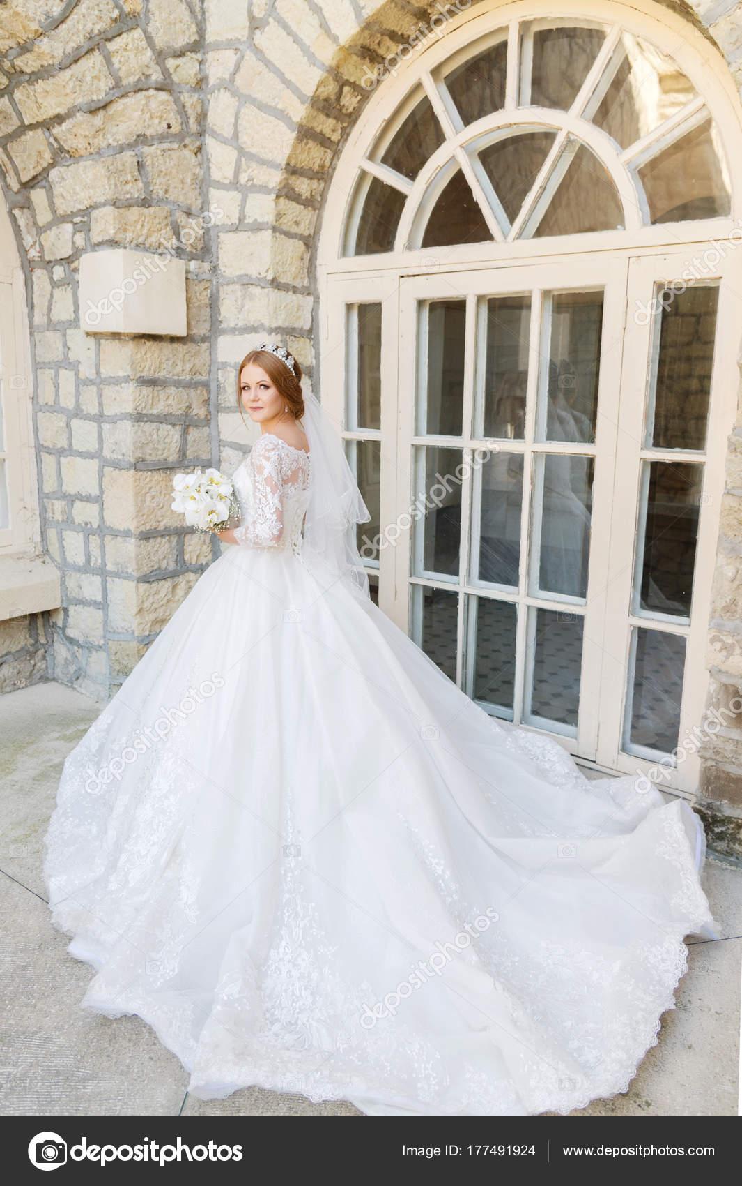 Porträt einer schönen Braut in ein weißes Kleid und einen ...
