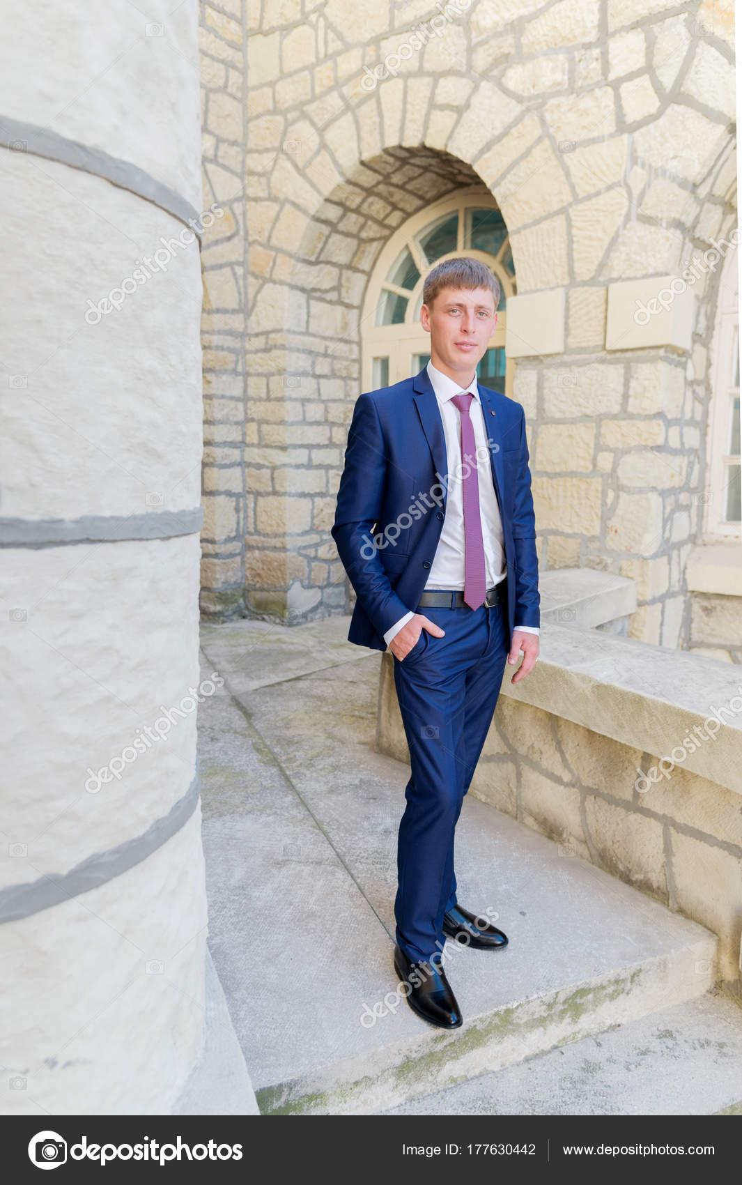 Porträt Einer Jungen Bräutigam In Einem Blauen Anzug Und Eine Rote