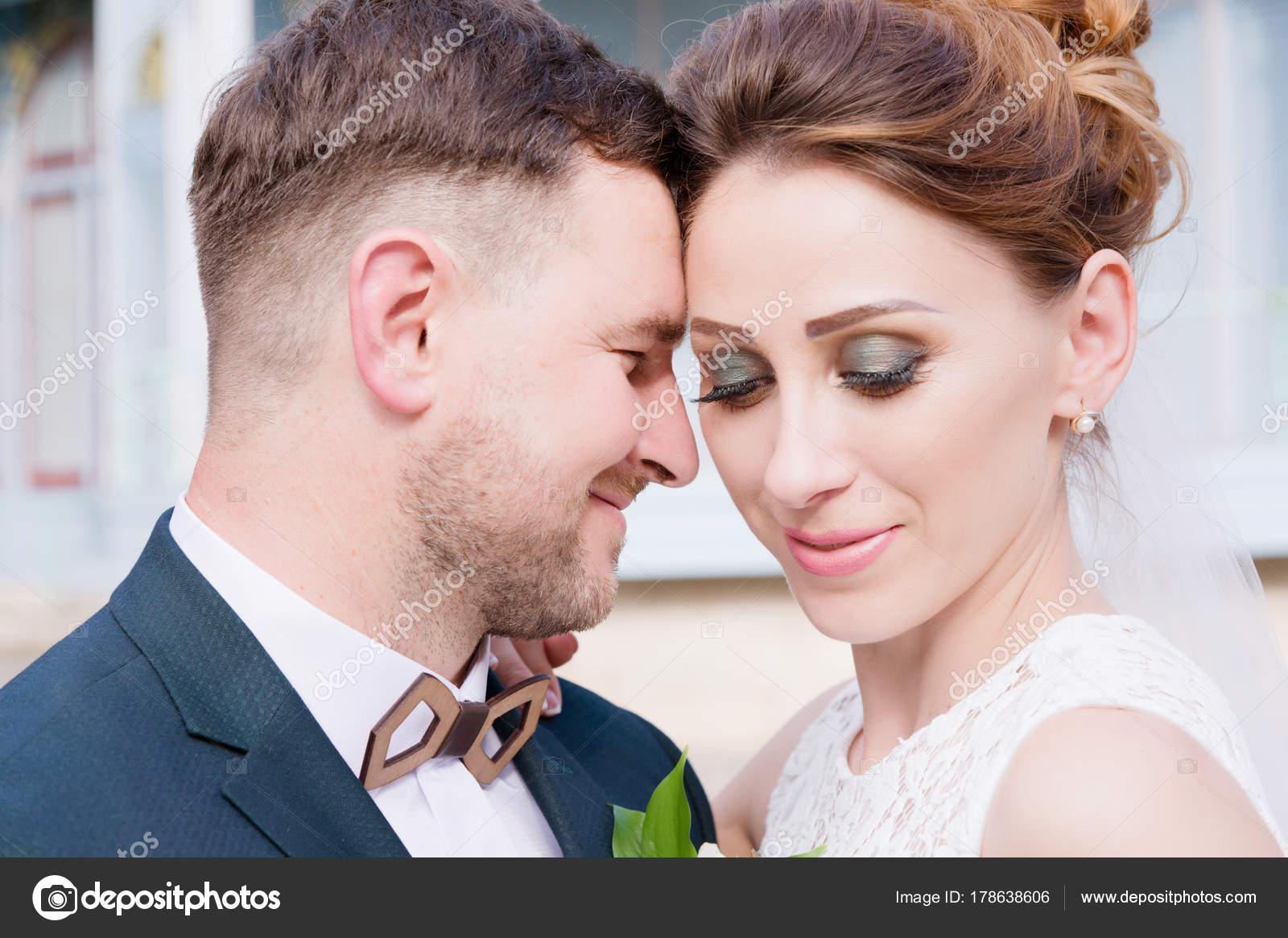 Portrat Von Ein Paar Schone Brautpaar Ist Vor Dem Hintergrund Eines