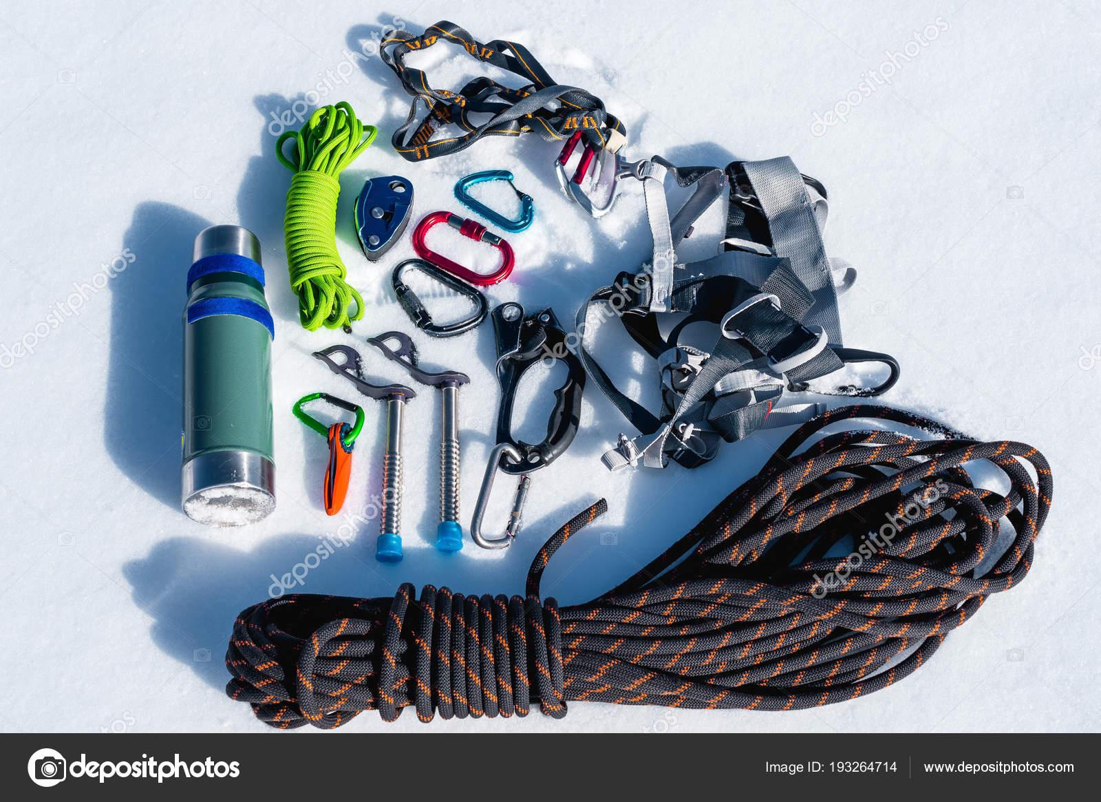 Kletterausrüstung Sale : Nahaufnahme des winters kletterausrüstung bei neuschnee an einem