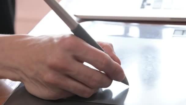 Detailní záběr návrháře čerpá z notebooku s pomocí. grafická tableta a pero stylus