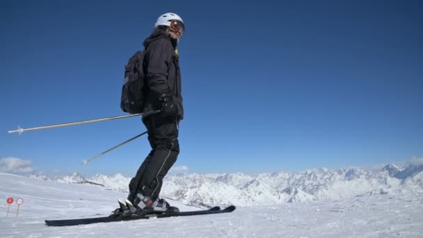 Elbrus, Kabardino-Balkánská republika, Rusko - leden, 2019: Freerider lyžař.