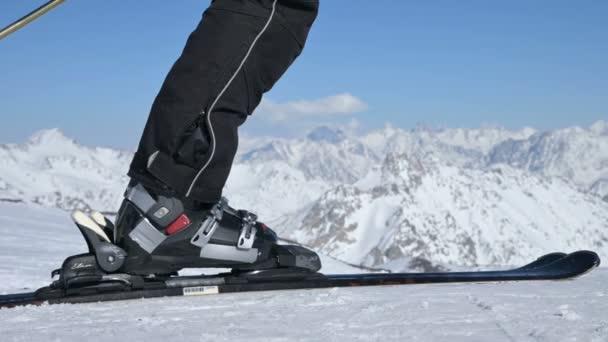 Elbrus, Kabardino-Balkánská republika, Rusko - 18. ledna 2019: Lyžařské nohy.