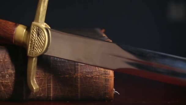 einhundertfünfzig Jahre alte Bibel mit Schwert