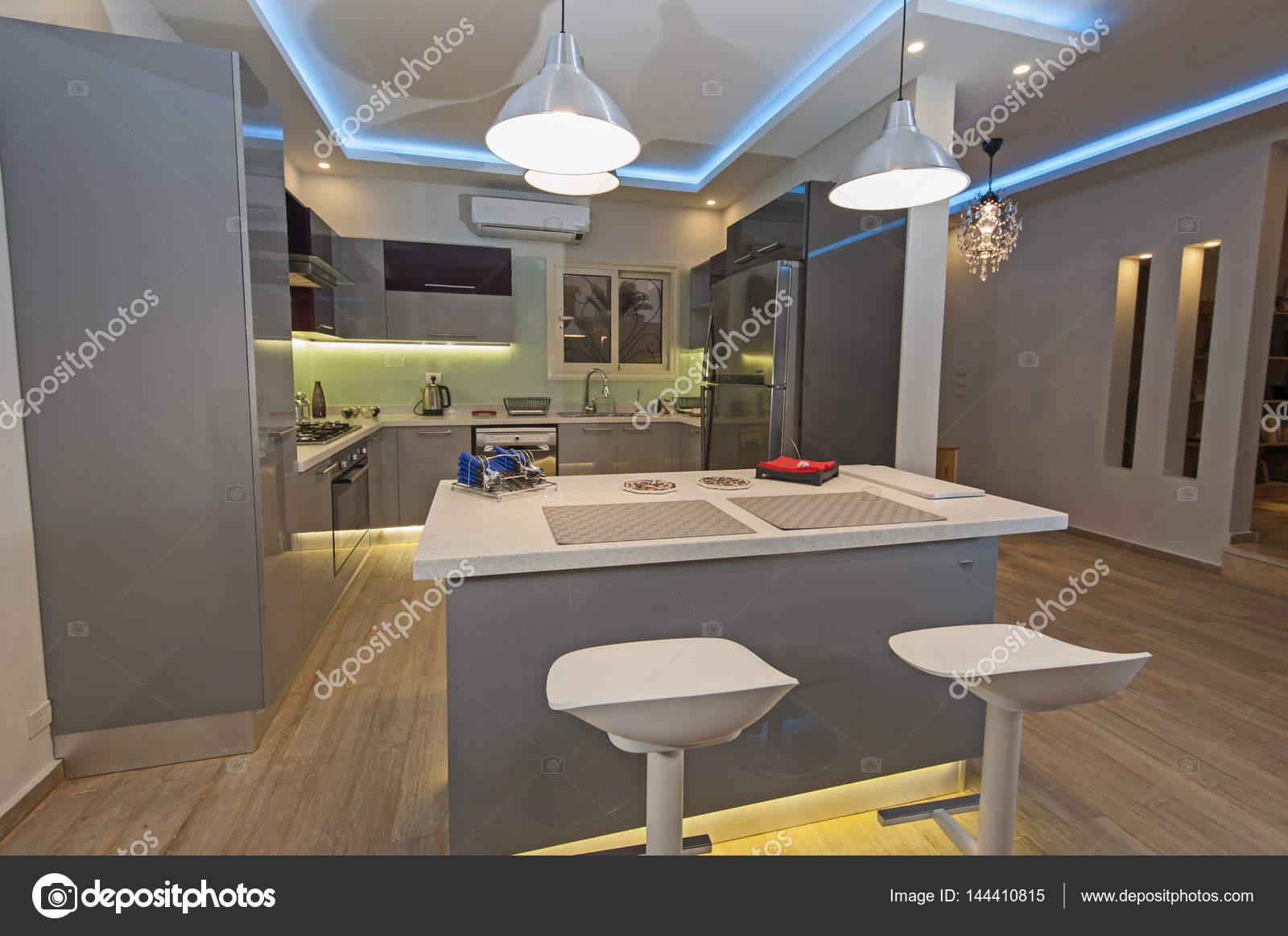 Modern konyha, egy luxus lakás — Stock Fotó © paulvinten #144410815