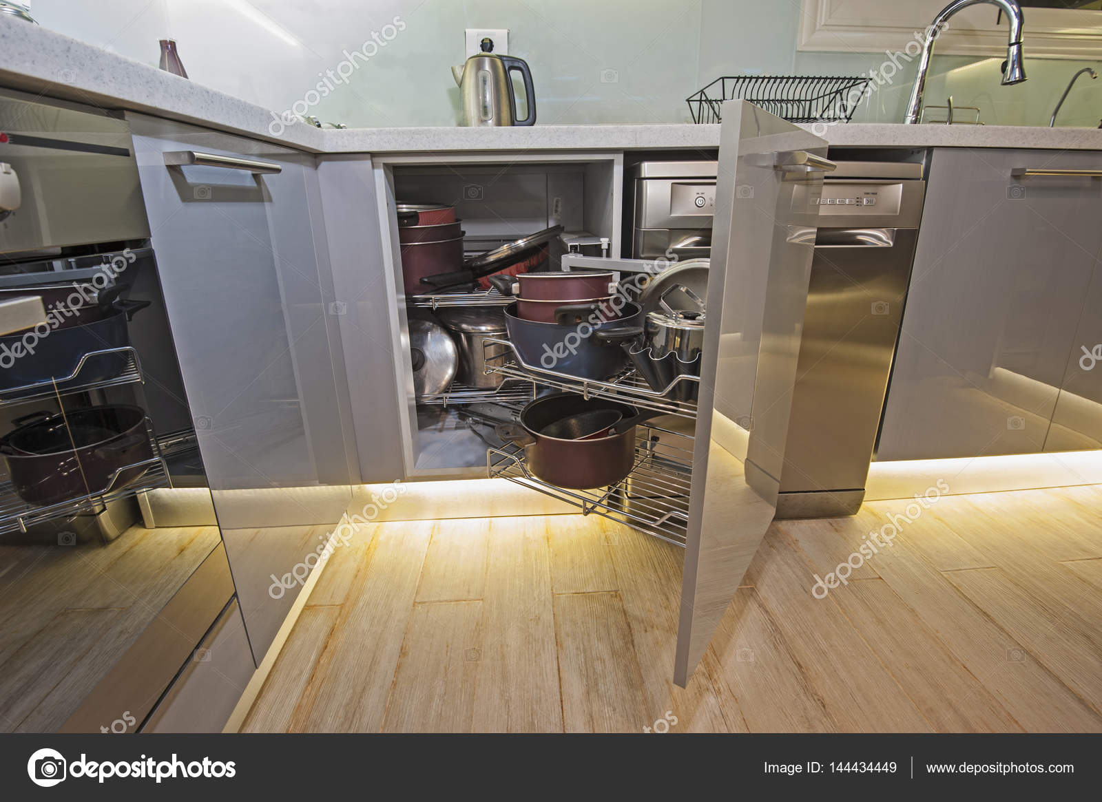 Detalle de armario de esquina de diseño de interiores de cocina ...