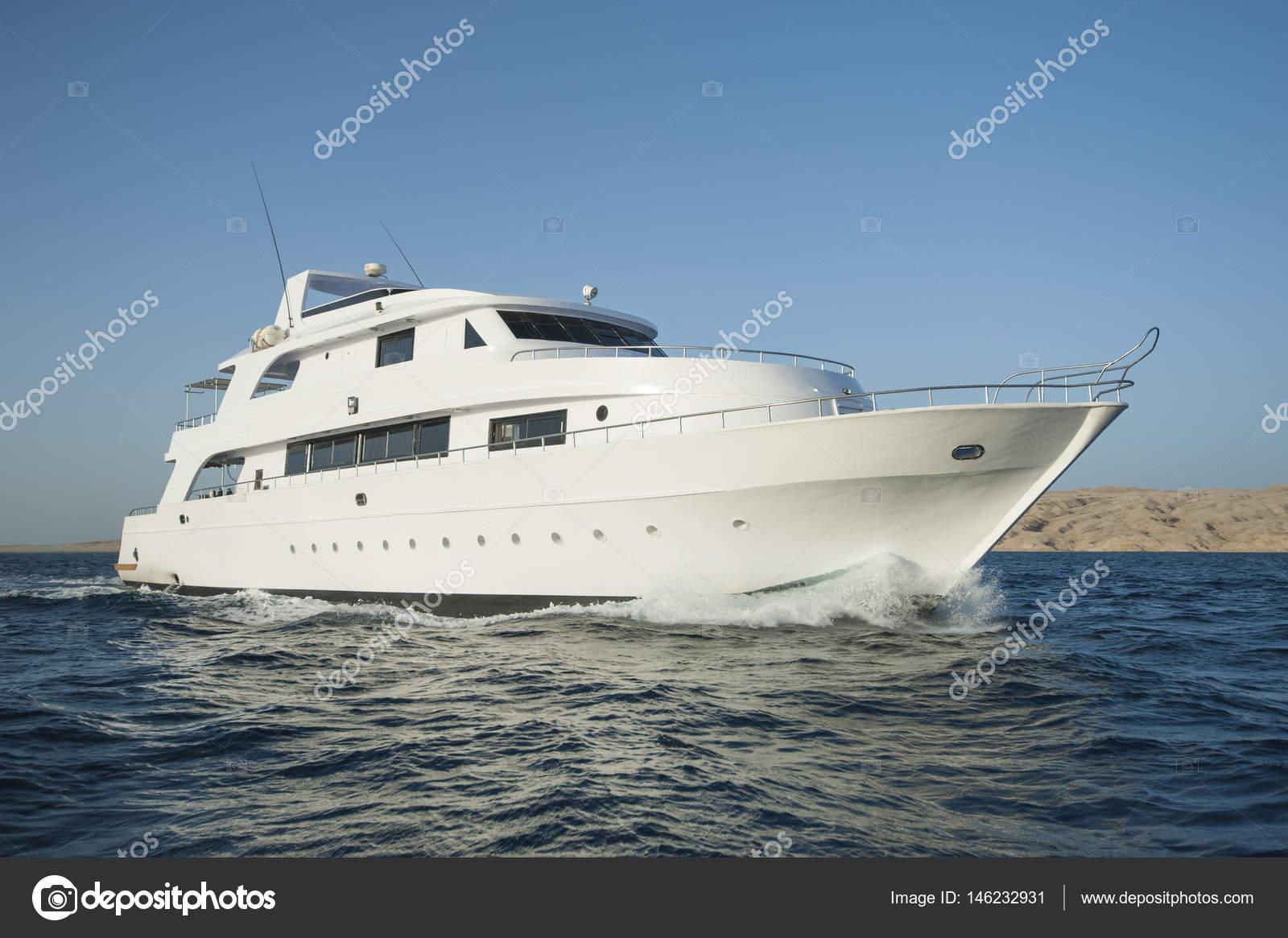 de bateau de luxe awesome le yacht de luxe est arriv ce. Black Bedroom Furniture Sets. Home Design Ideas