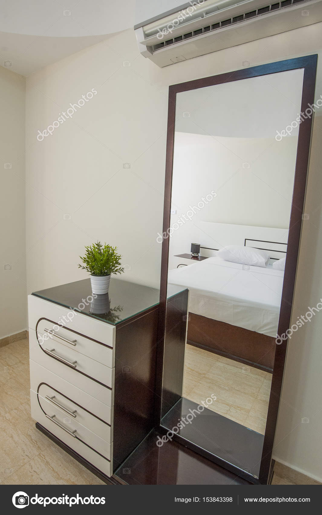 Schminktisch Kommode im Appartement-Schlafzimmer — Stockfoto ...