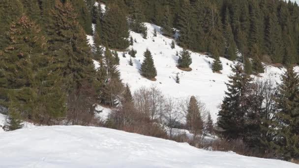 Lyžování v lyžařském středisku na sedačkové lanovky a lyžování