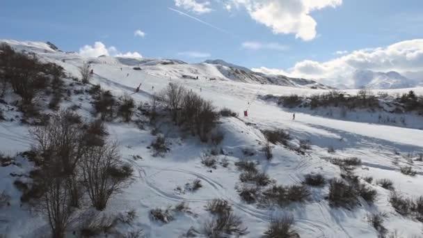 Letecký pohled na alpské sjezdovky při cestování do kopce