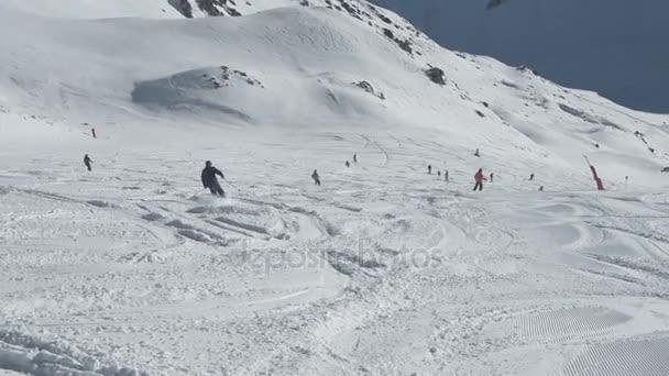 Lyžaři na sjezdovce kopce