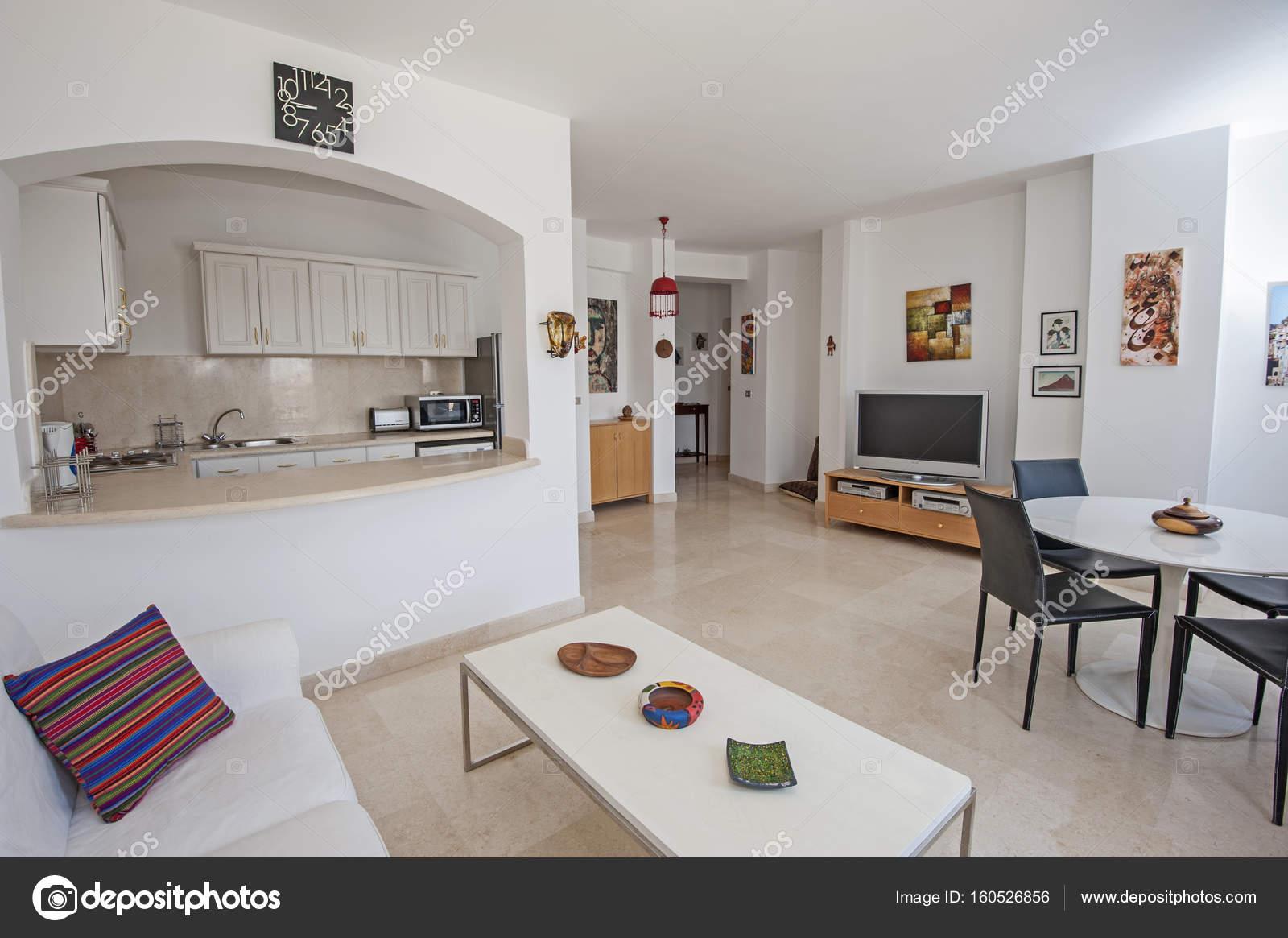 Dise o interior de cocina de apartamento de lujo y sala de for Diseno de interiores sala de estar comedor