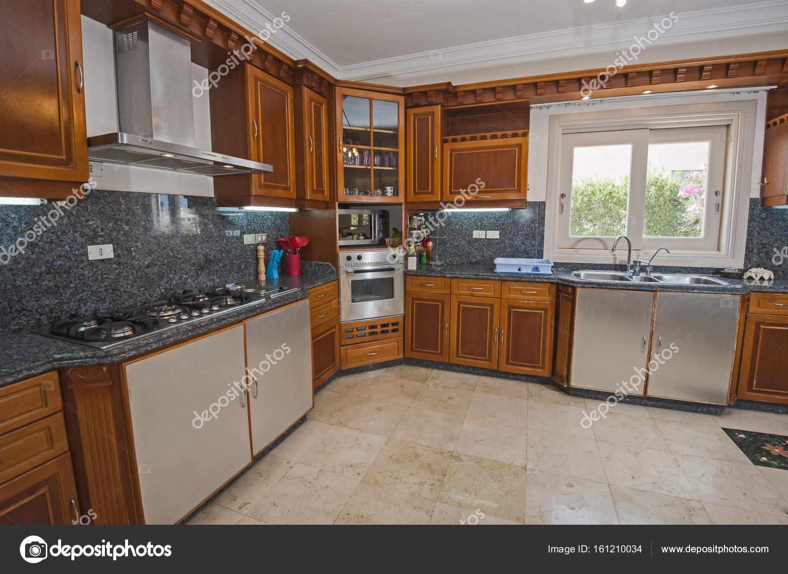Interior Design der Küche Luxus Apartments — Stockfoto © paulvinten ...