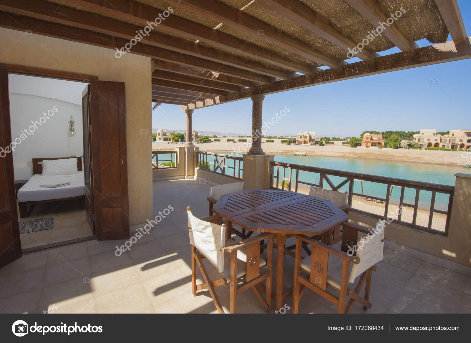 https://st3.depositphotos.com/1016811/17206/i/1600/depositphotos_172068434-stockafbeelding-terras-balkon-slaapkamer-met-stoelen.jpg