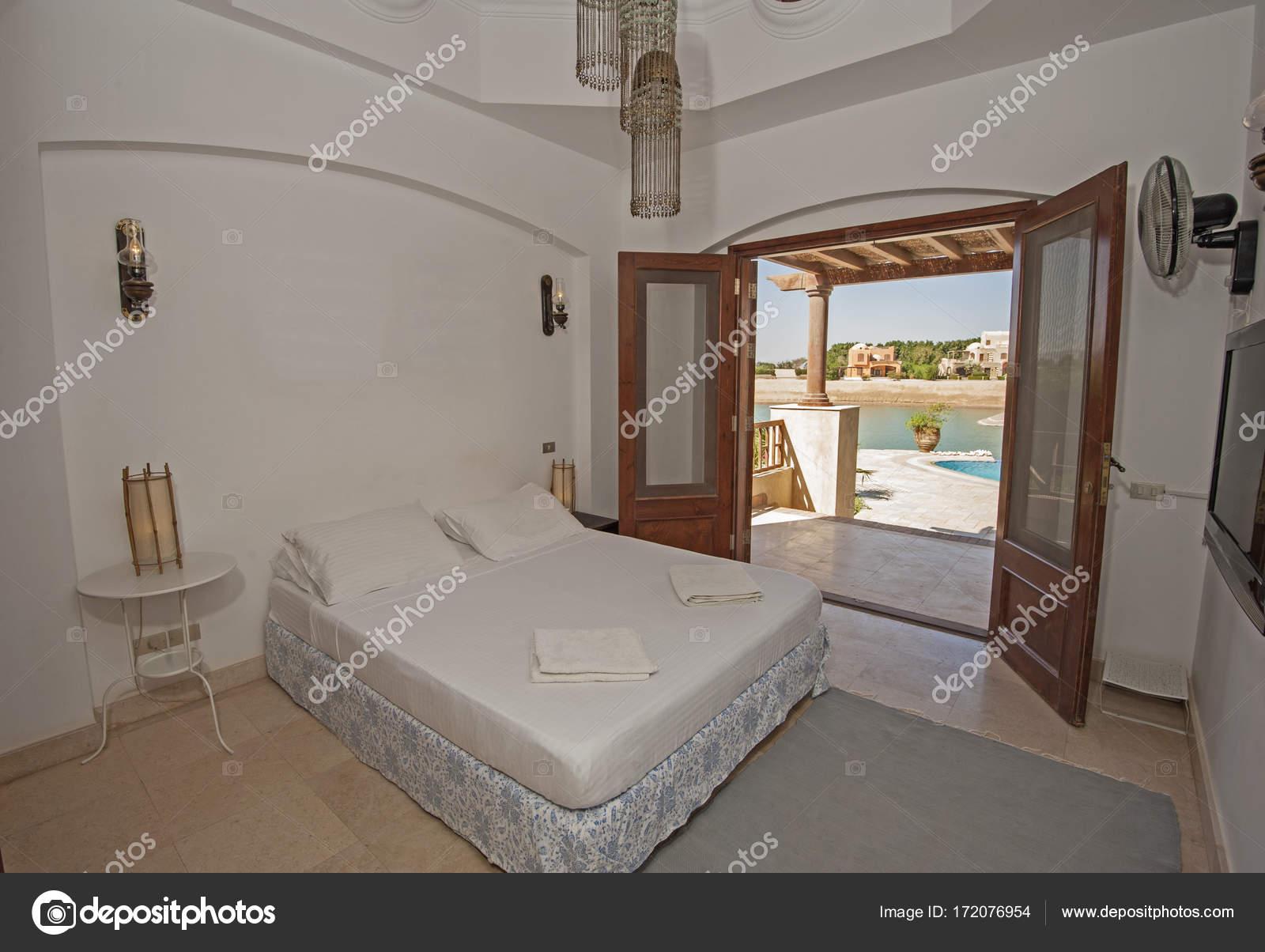 Arredamento della camera da letto in una casa con vista mare — Foto ...