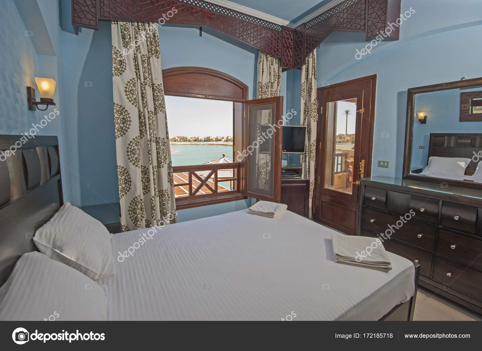 arredamento della camera da letto in una casa con vista