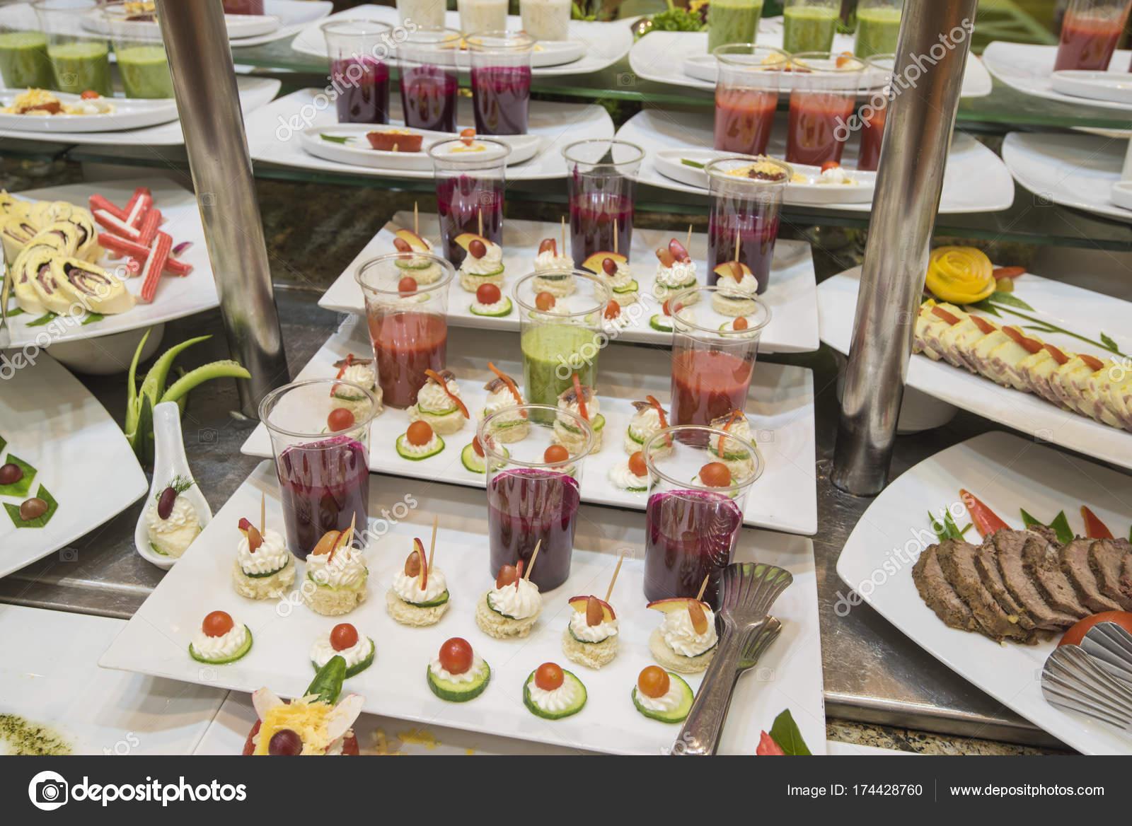 Buffet Di Insalate Miste : Ottima selezione di cibo di insalata al ristorante a buffet u foto