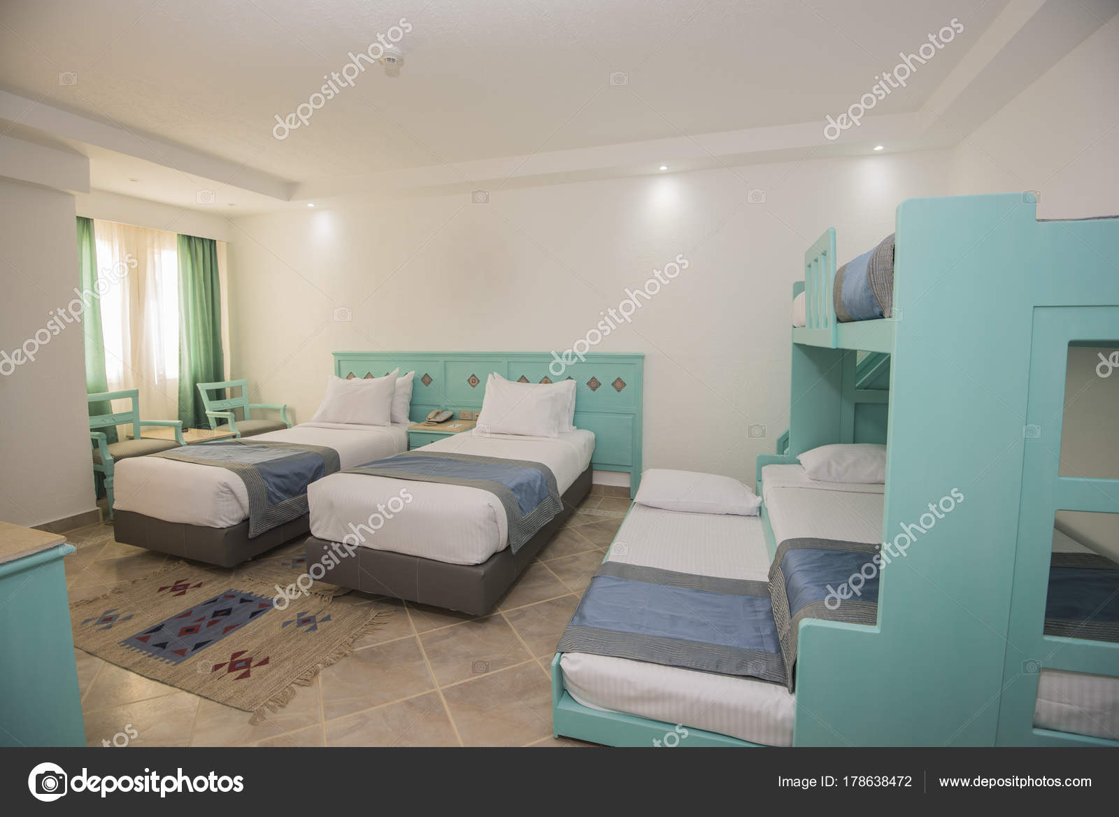 Betten in einem Luxus-Familienzimmer eines Hotelzimmers — Stockfoto ...