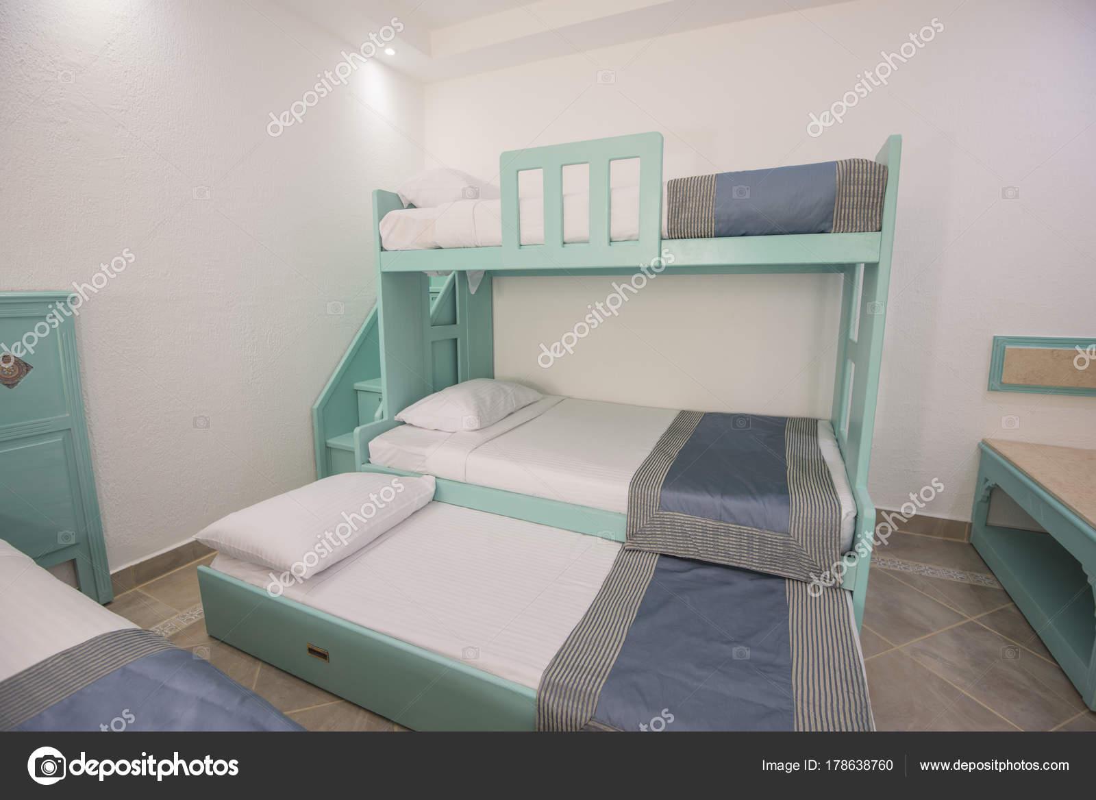 Etagenbetten in einem Luxus-Familienzimmer einer Ferienanlage ...