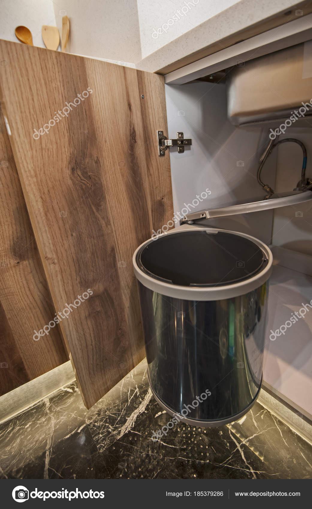 Mülleimer Küche Schranktür hängen — Stockfoto © paulvinten #185379286