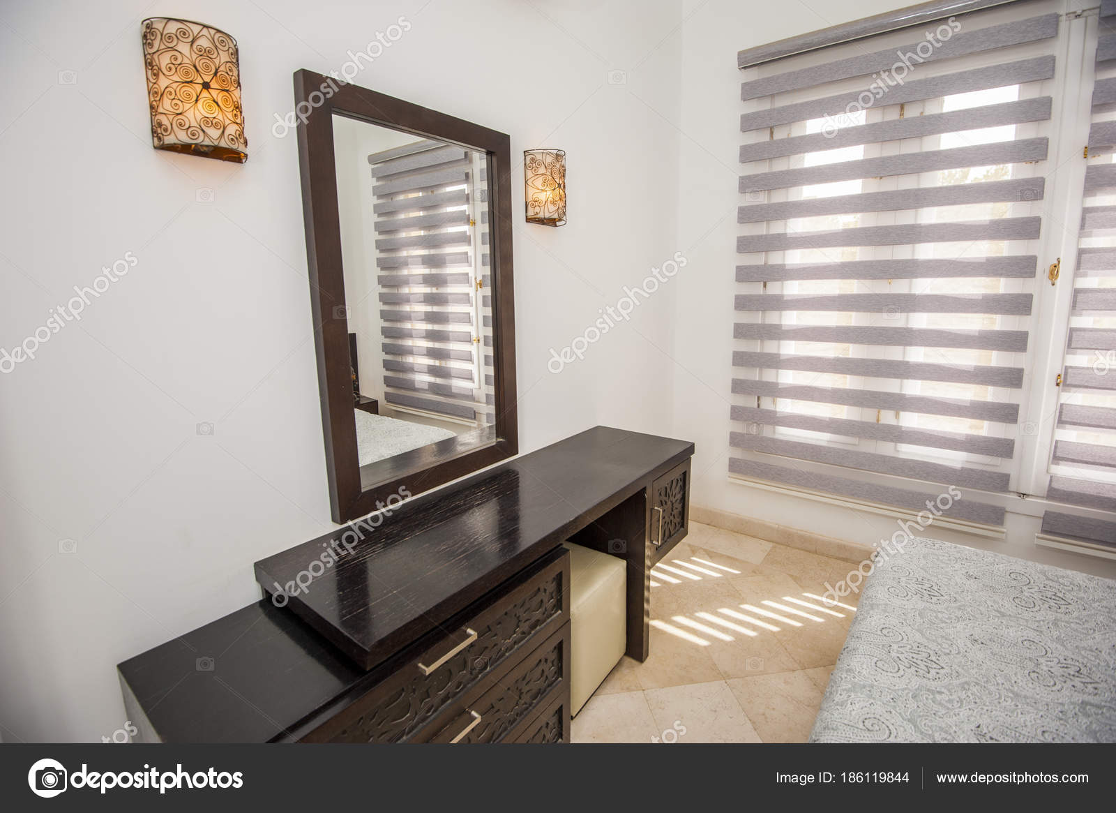 Interieur Kaptafel Styling : Interieur van kamer in luxe vakantievilla u stockfoto paulvinten