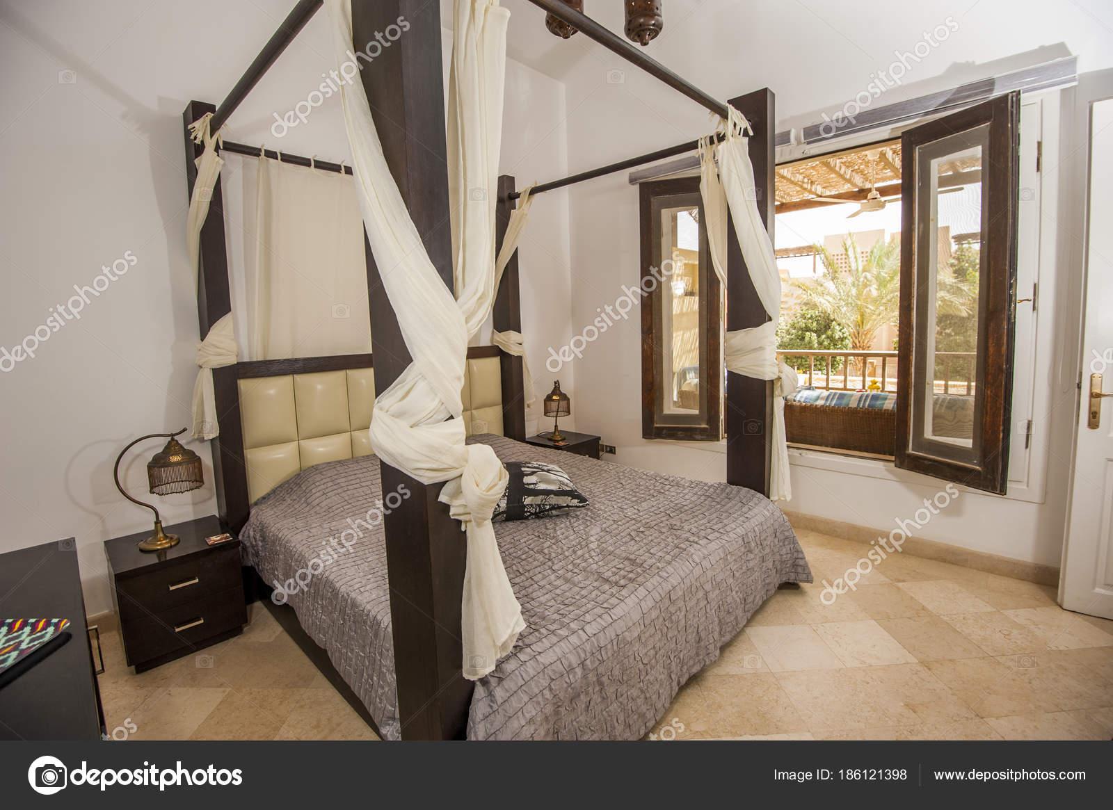 Inneneinrichtung der Zimmer in Luxus-Villa mit Blick auf den Garten ...