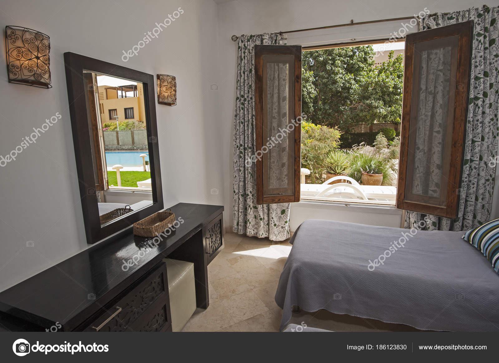 Interieur van kamer in luxevilla met uitzicht op de tuin