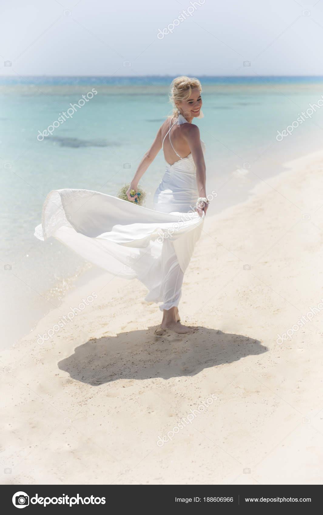 Schöne Braut an einem tropischen Strand Hochzeitstag — Stockfoto ...