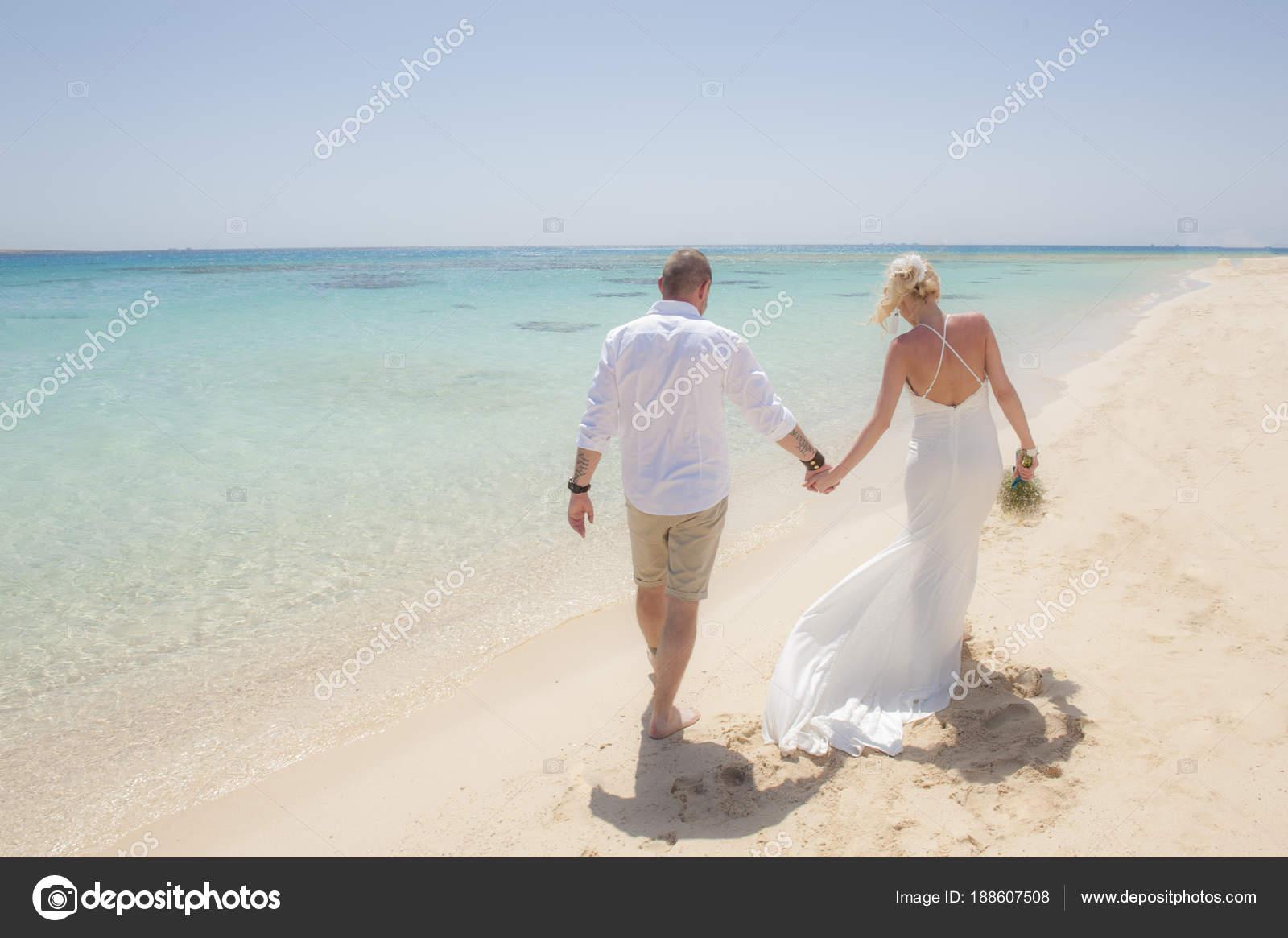 Beautiful Ehepaar an einem tropischen Strand Hochzeitstag ...