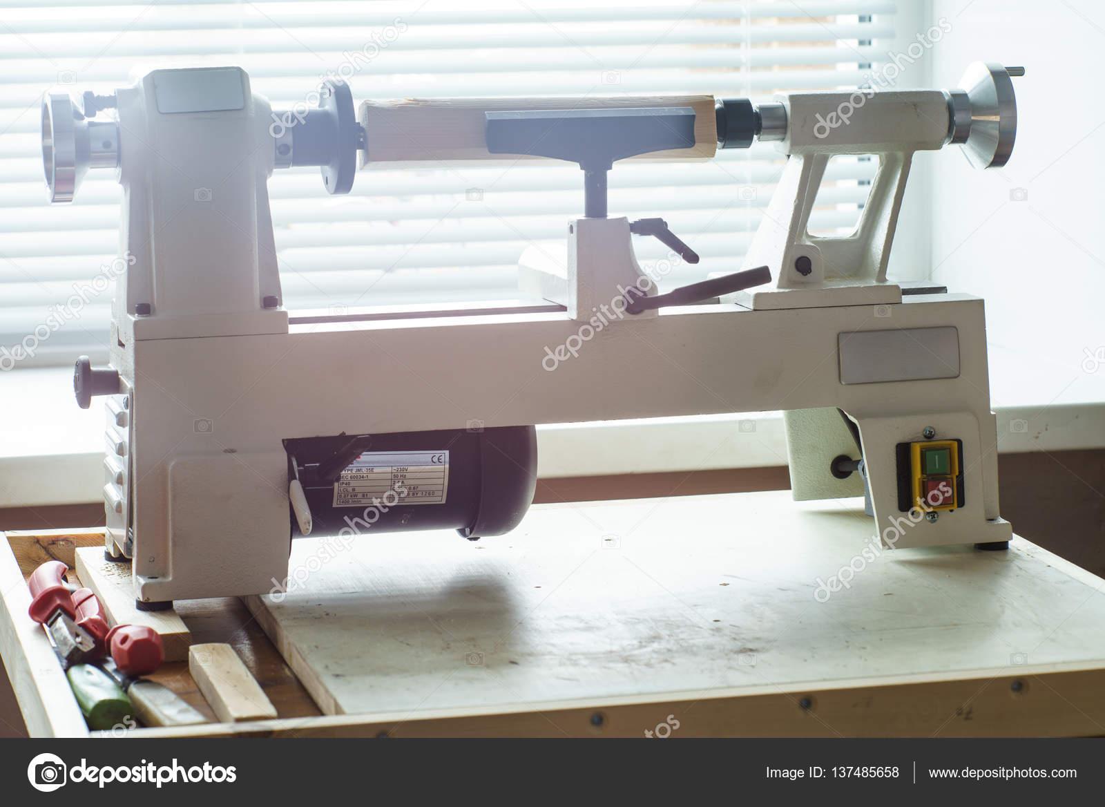 Macchine Per Lavorare Il Legno : Lavorazione del legno mini tornio u2014 foto stock © supertrooper #137485658