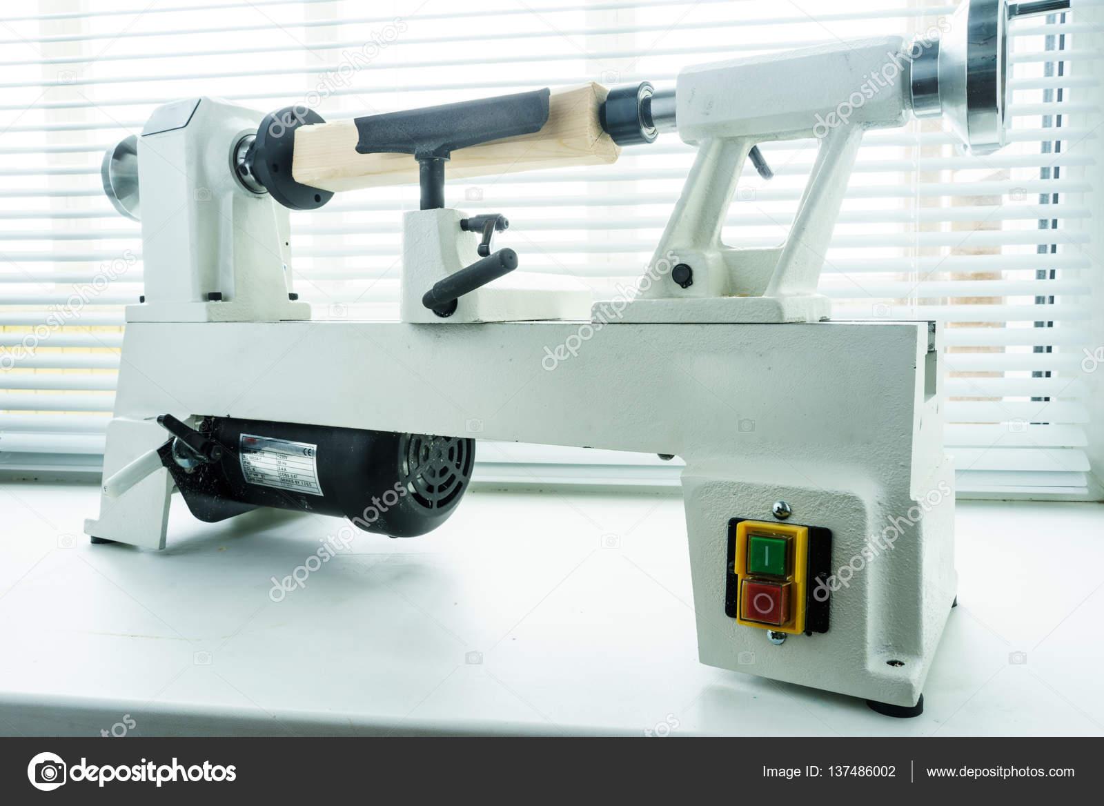 Macchine Per Lavorare Il Legno : Lavorazione del legno mini tornio u2014 foto stock © supertrooper #137486002