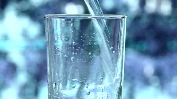 Riempiendo dacqua in vetro trasparente, acqua versato nel bicchiere, versando acqua dalla bottiglia in vetro sul fondo della sfuocatura, acqua pulita per la salute