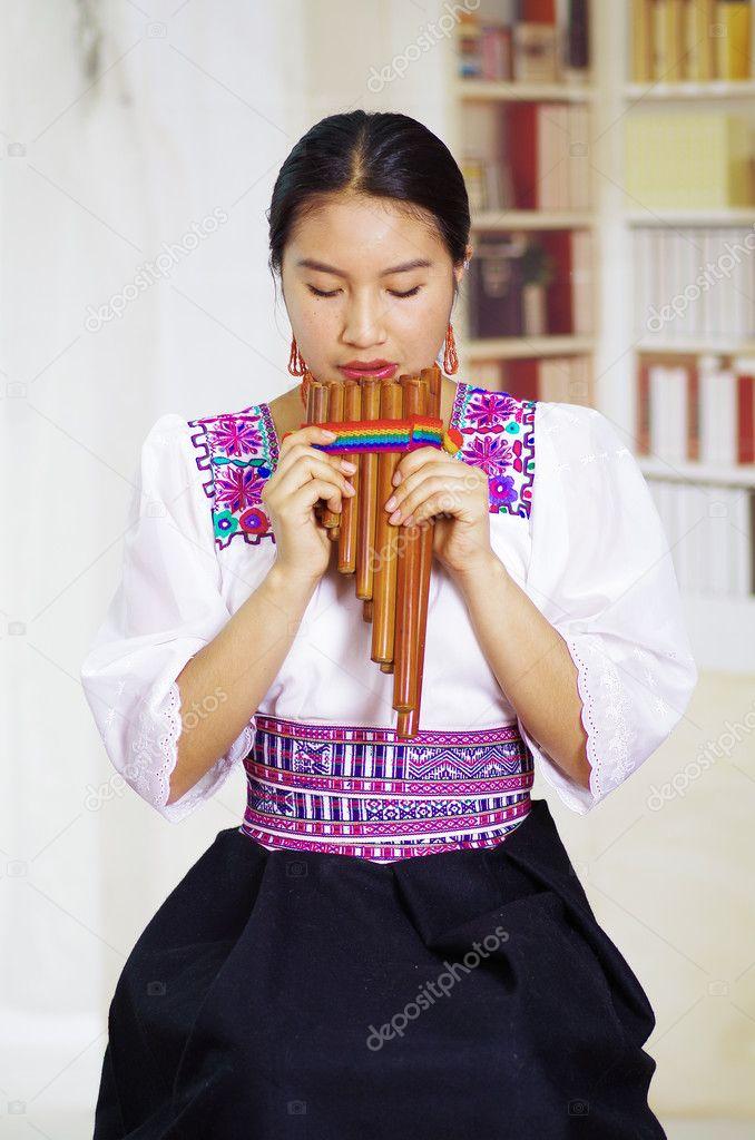 Risultati immagini per musicista flauto di pan donna