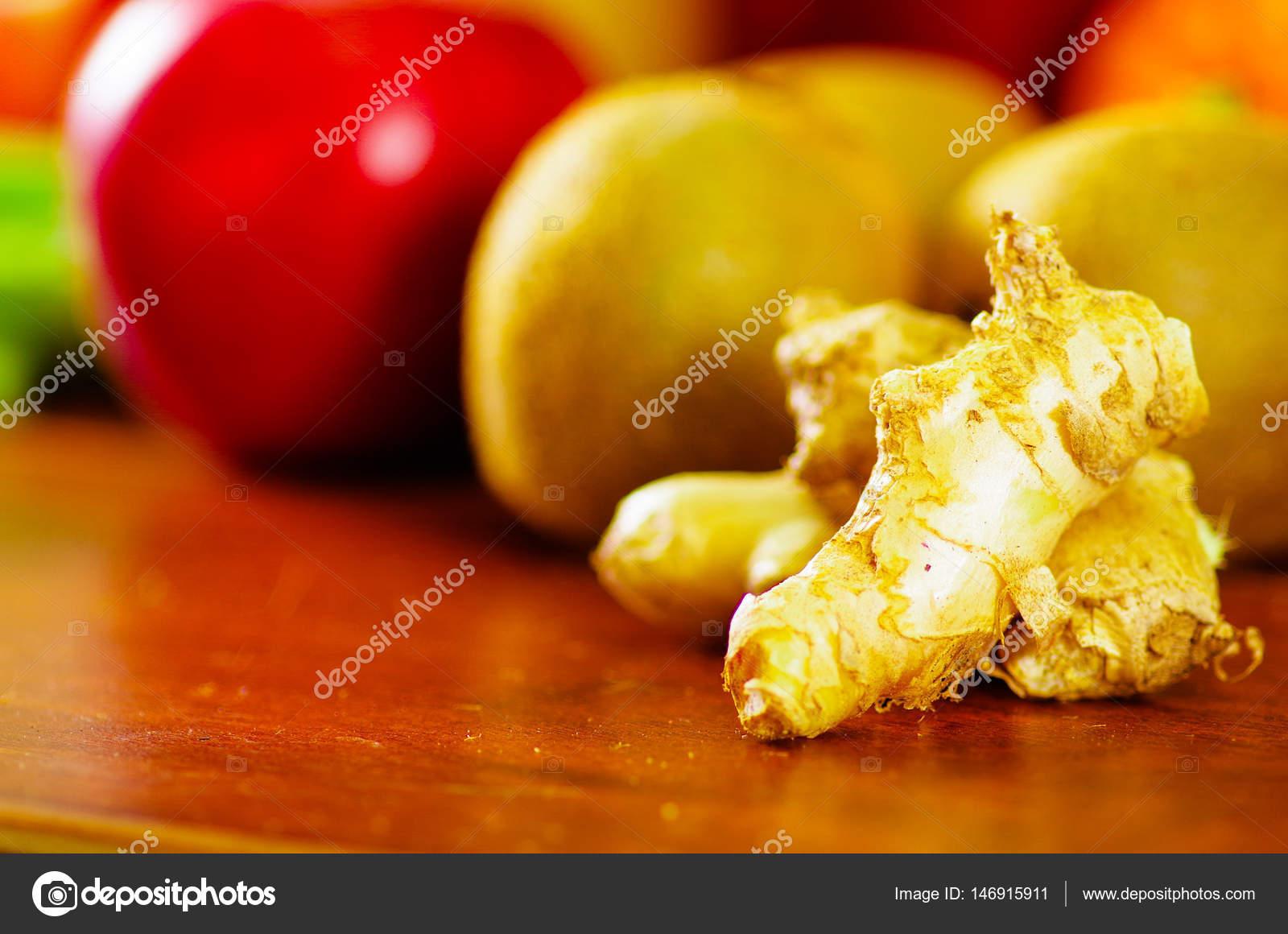 Auswahl an köstlichen Früchte und Gemüse ausgebreitet auf ...