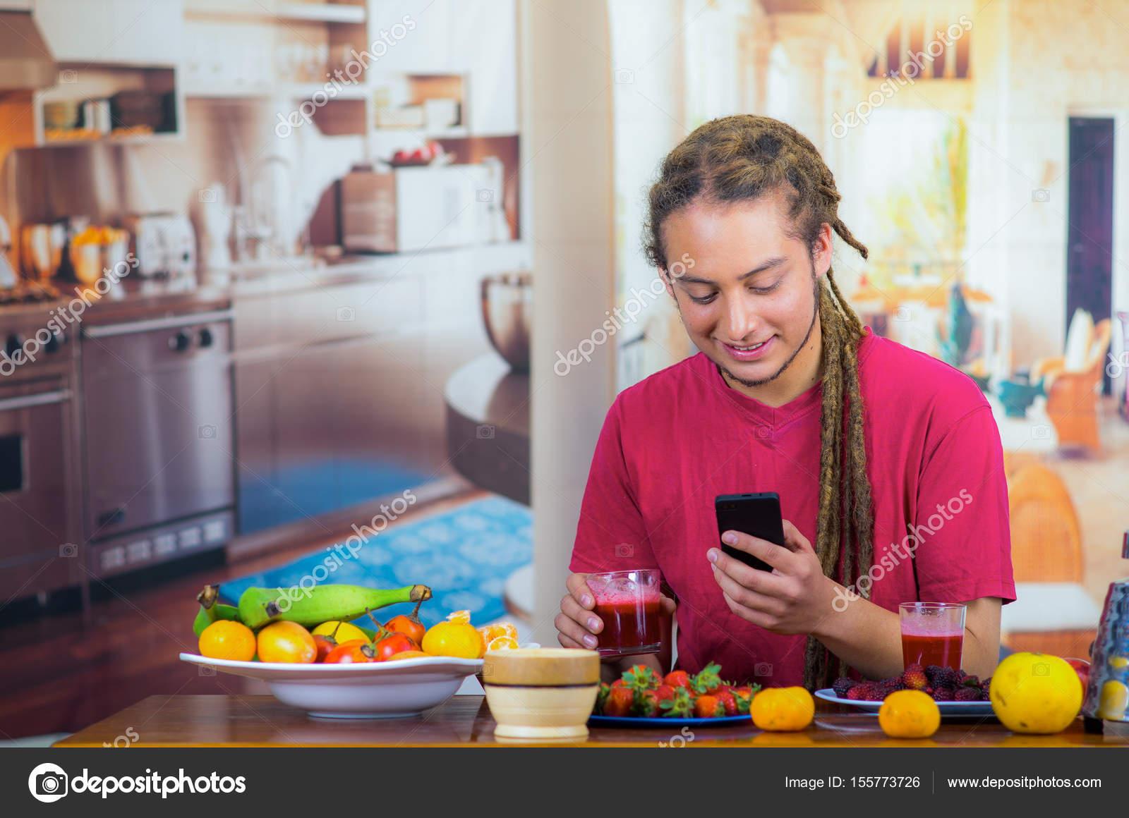 Jeune homme avec dreads appr ciant leur petit d jeuner for Aide de cuisine