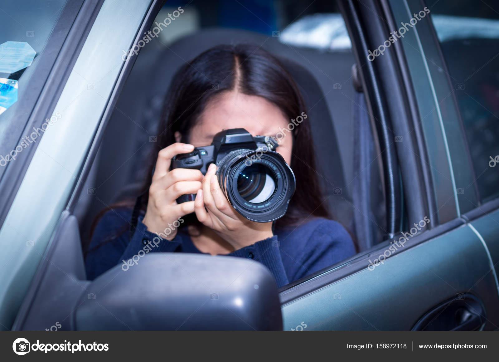 Junge Frau stalking und die Bilder mit ihrer Kamera im Inneren ihres ...