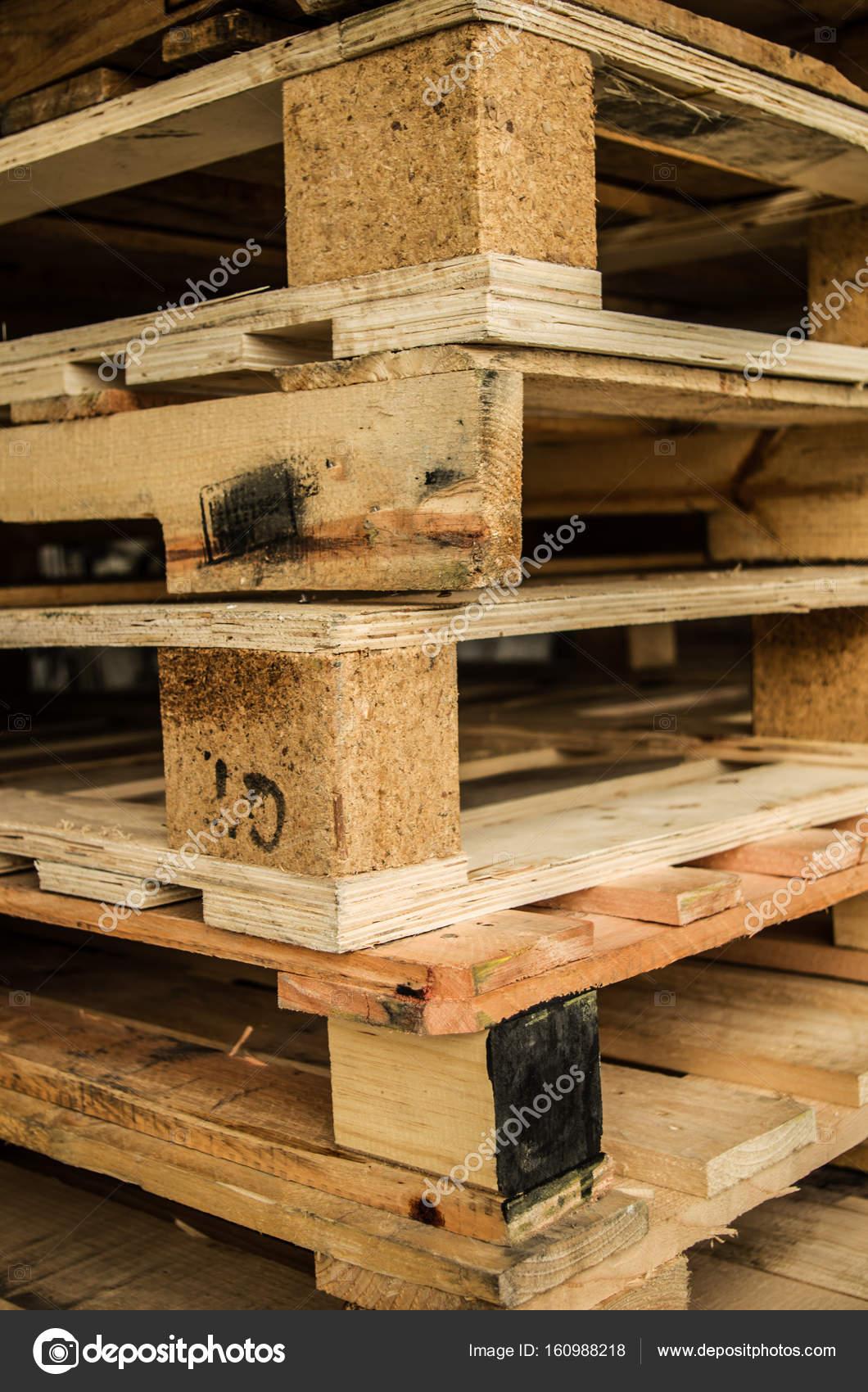 fuera de stock fabricado de madera estndar euro palets almacenados en torres de alta tensin - Europalets