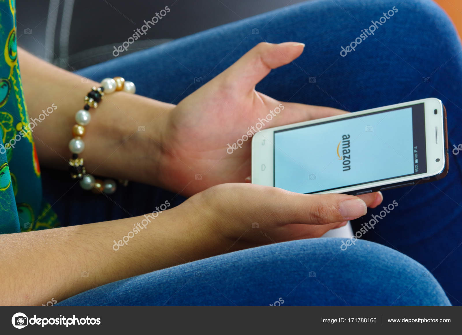Quito, Ecuador - 9. Mai 2017: Frau mit modernen Mobiltelefon in ...
