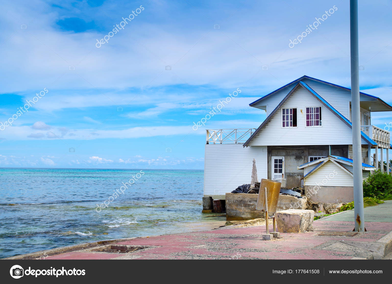 8f9d0385af0fc Vista exterior de una casa en la orilla de la playa en un día soleado en