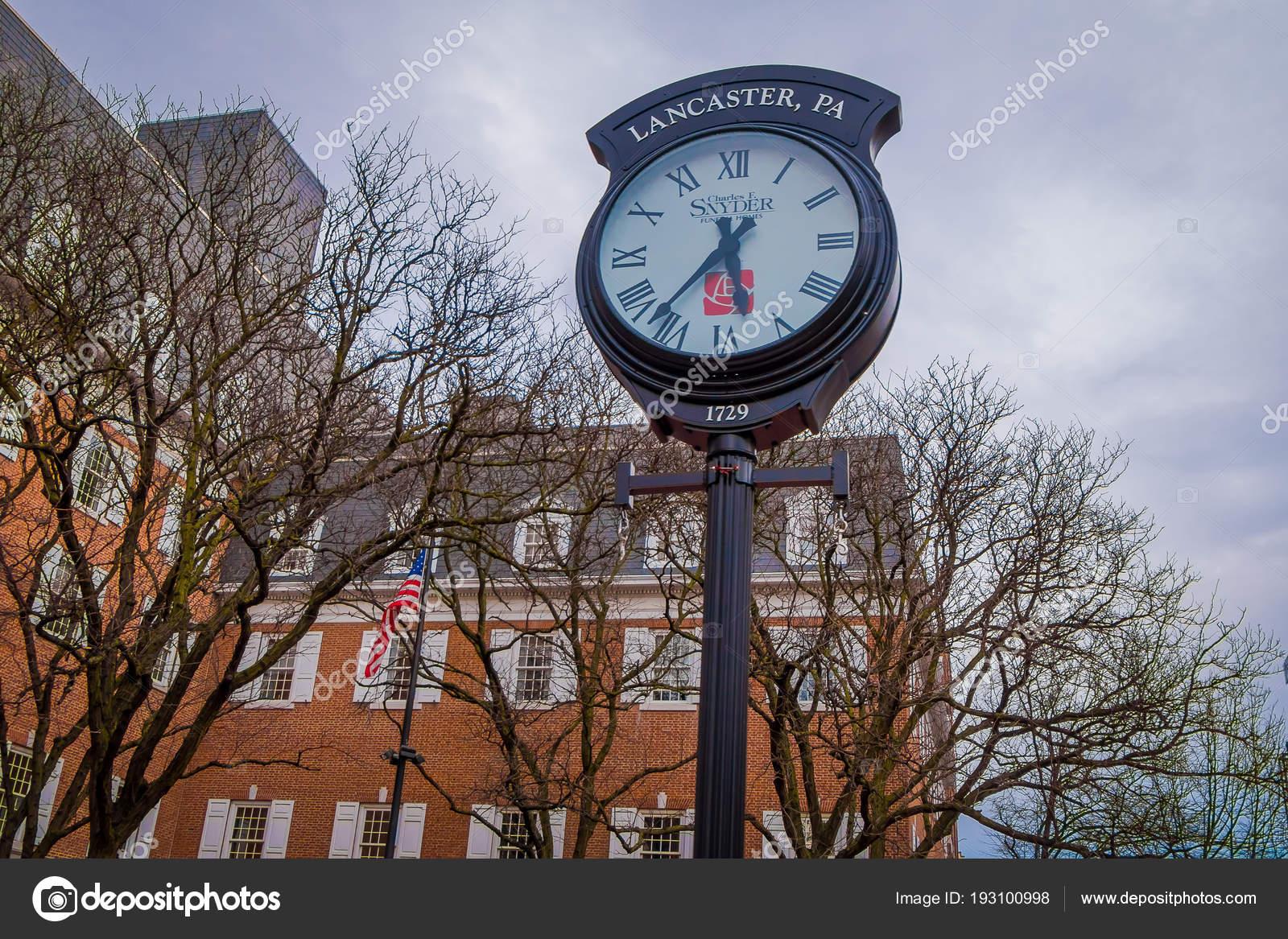 66a88eec4c69 Ланкастер, США - 18 апреля 2018  Открытый вид огромный металлический часов,  расположенный в центре города Ланкастер, Пенсильвания в пасмурный день, ...