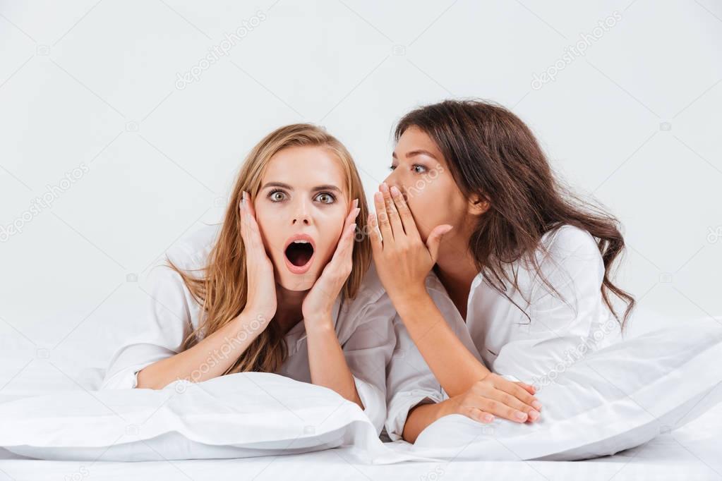 Femme raconter des ragots son amie en position couch e - Causes des vertiges en position couchee ...